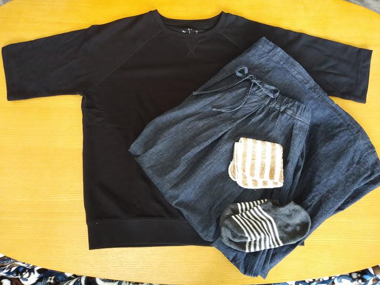 ワイドTシャツとライトオンスデニムスカート